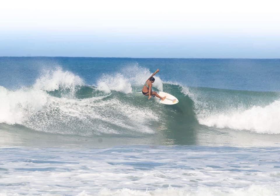 andrea-diaz-surfing