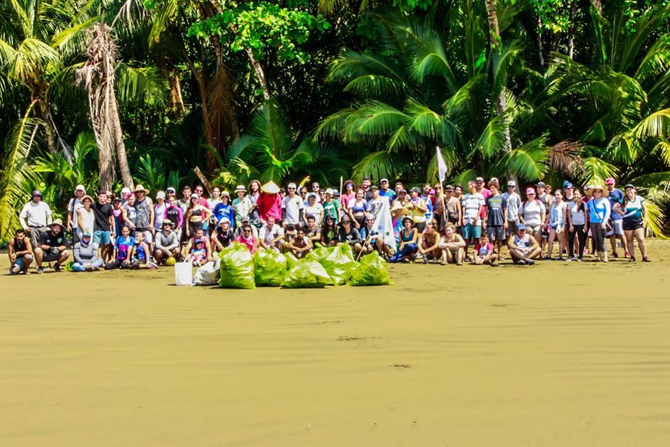 Limpiando Osa Beach Cleanup