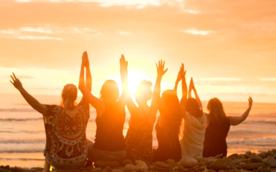 group-yoga-sunset-dominical