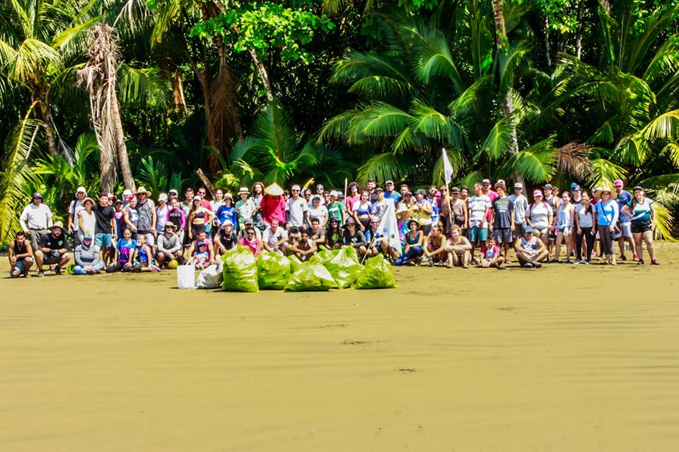Limpiando Osa Beach cleanup
