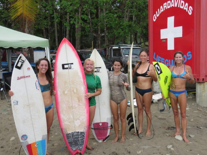 women-surfers-dominical