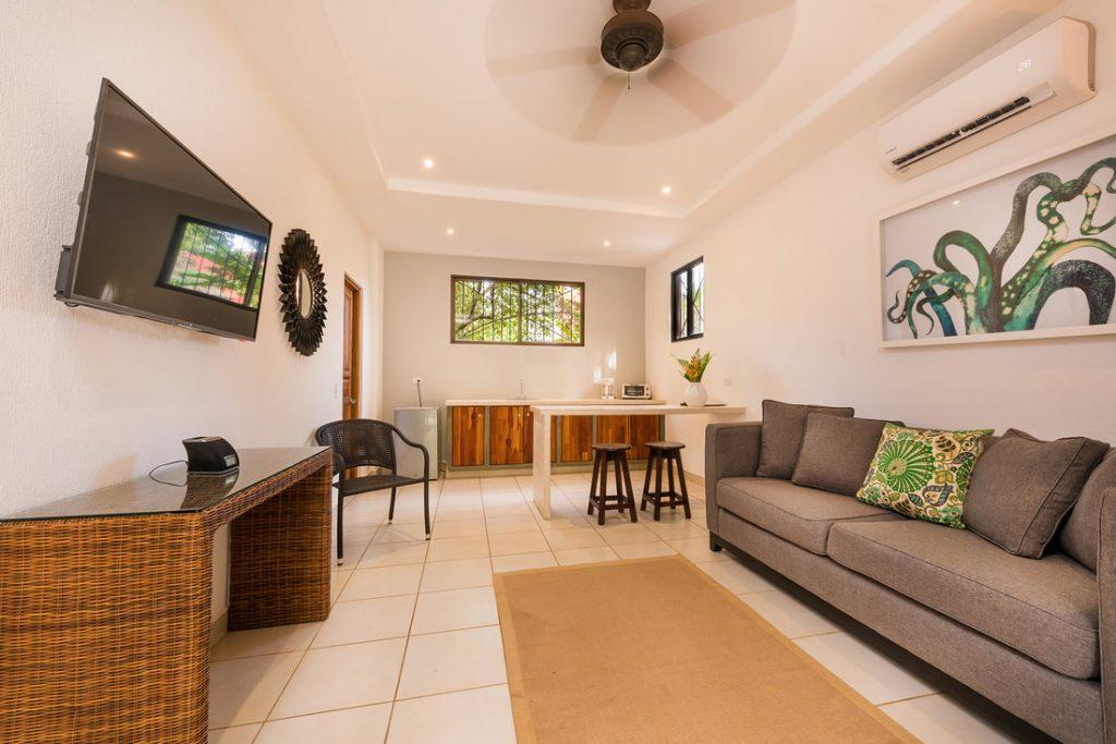 ripjackinn-family-suite-1-living-room
