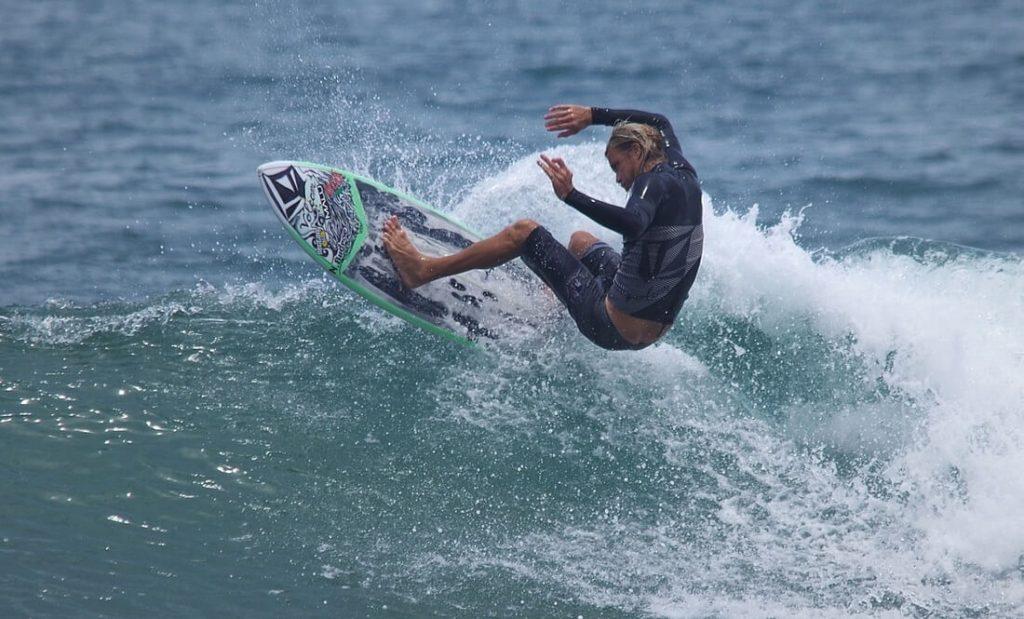 ripjackinn-gavin-beschen-surfing