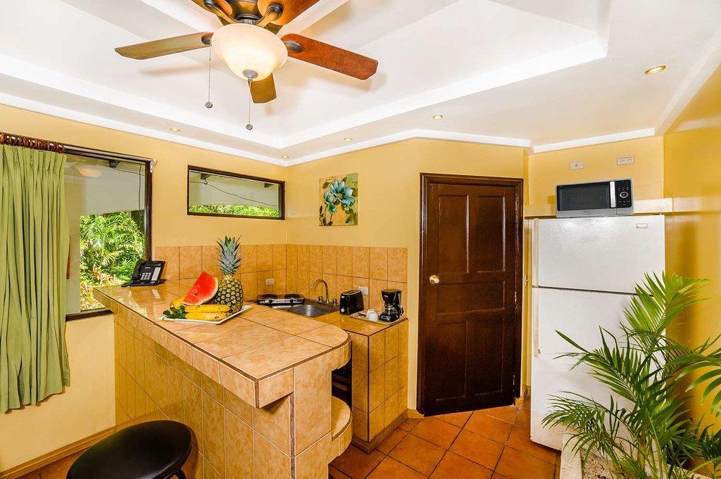 tamarindo-vista-villas-surf-villa-kitchen