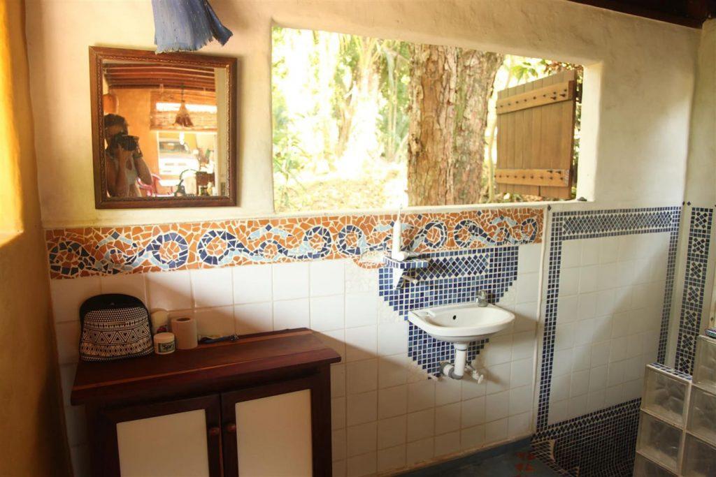 jazzys-river-house-dominical-bathroom