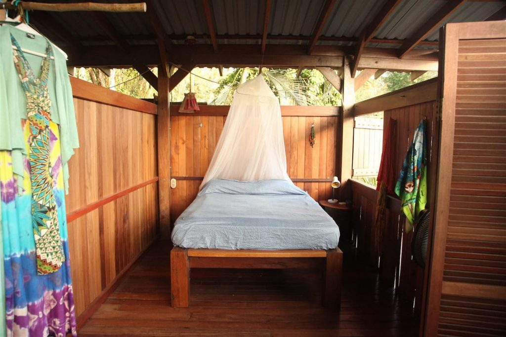 jazzys-river-house-dominical-bedroom2