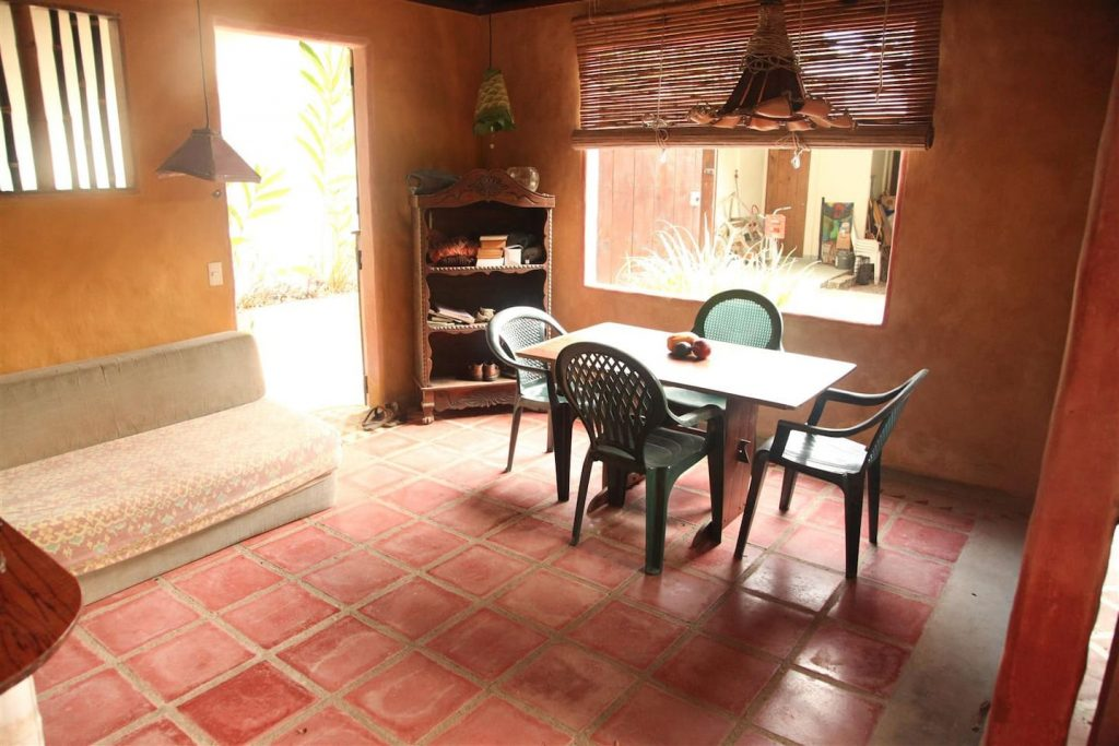 jazzys-river-house-dominical-living-area