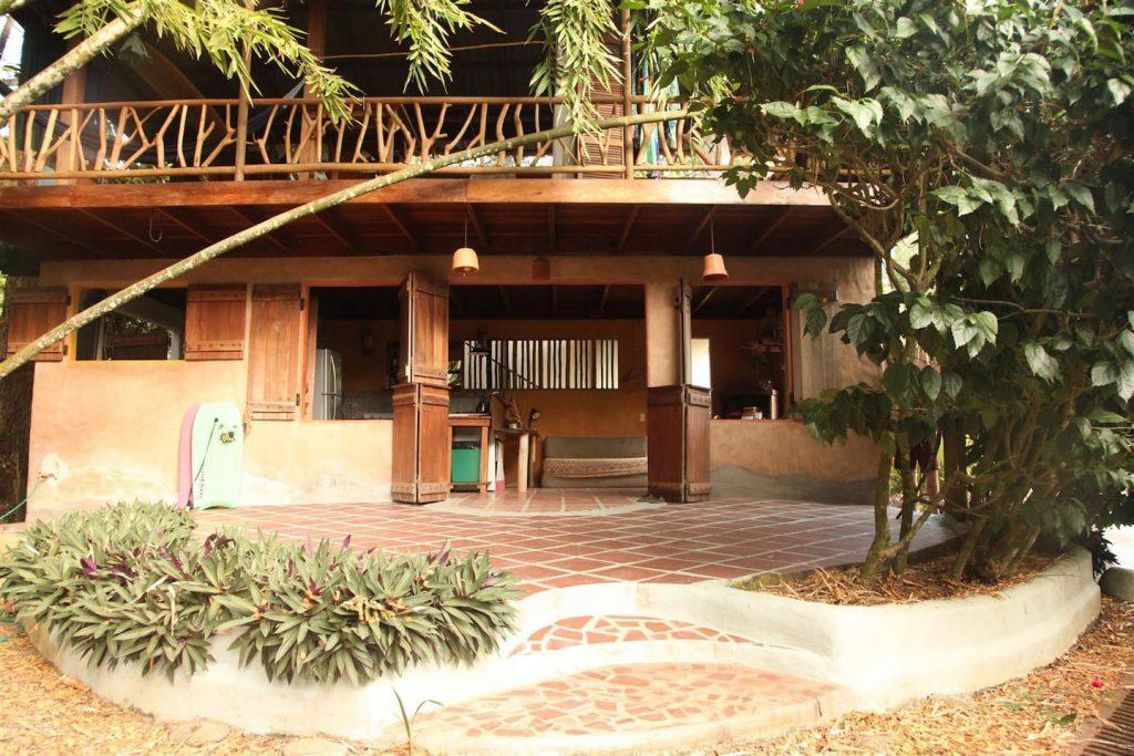 jazzys-river-house-dominical-patio