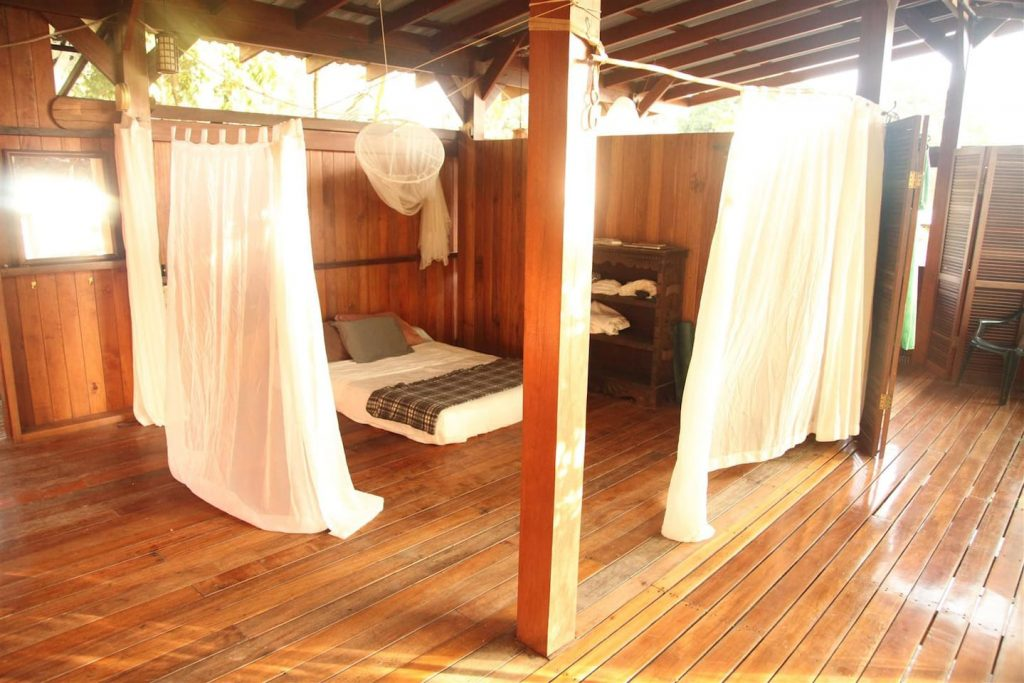 jazzys-river-house-dominical-upstairs-bedroom