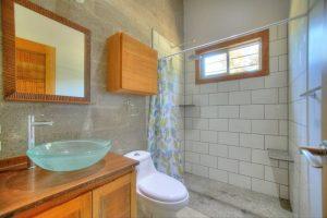 pavones-casa-hierba-bathroom